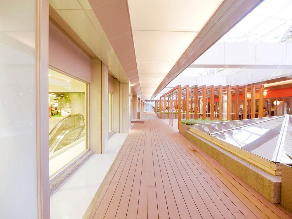 Centro commerciale con decking in legno
