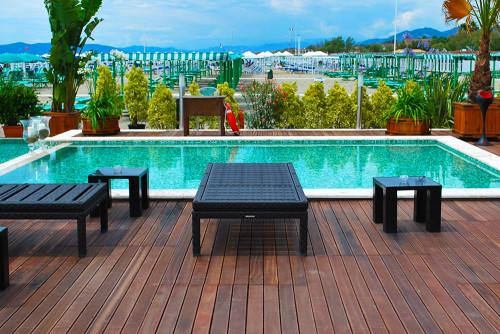 Listoni in legno per bordo piscina