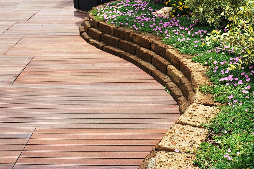 Pavimenti in legno per giardini mattonelle e decking