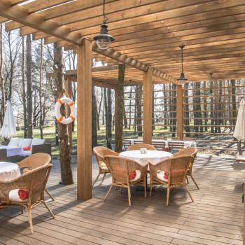 Patio di un ristorante con listoni in legno