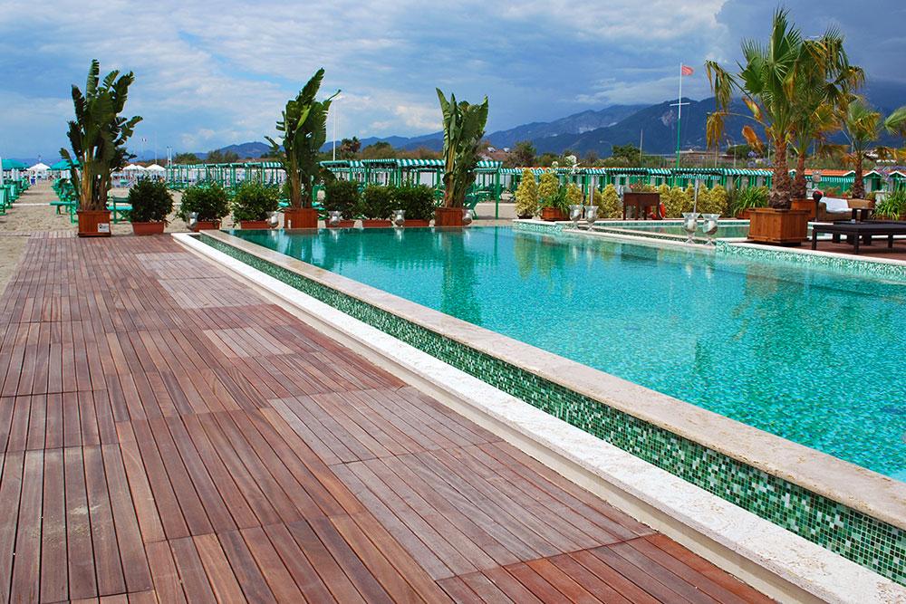 Pavimenti in legno per piscine decking