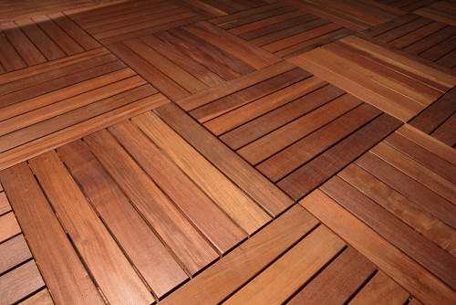 Mattonelle in legno per decking di terrazze e balconi