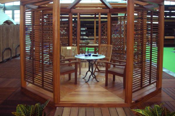 Gazebo in legno per giardini con decking a listoni